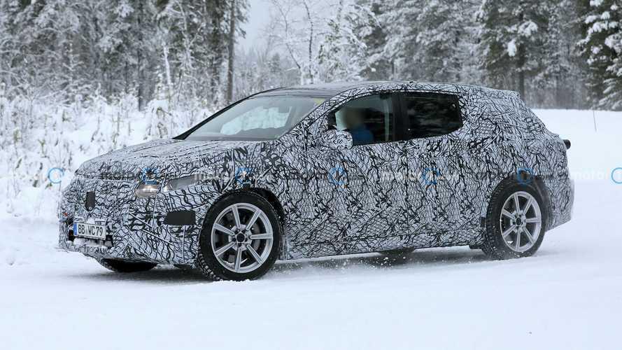 Foto-foto Mercedes-Benz EQS Terbaru Tersembunyi di Balik Salju