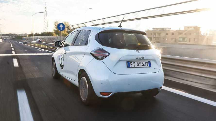 Auto elettriche verso un sorpasso storico: Zoe sempre più vicina alla Clio