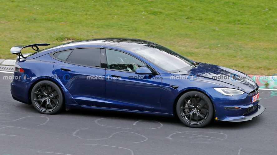 Tesla Model S arka kanadıyla birlikte kameralara yakalandı