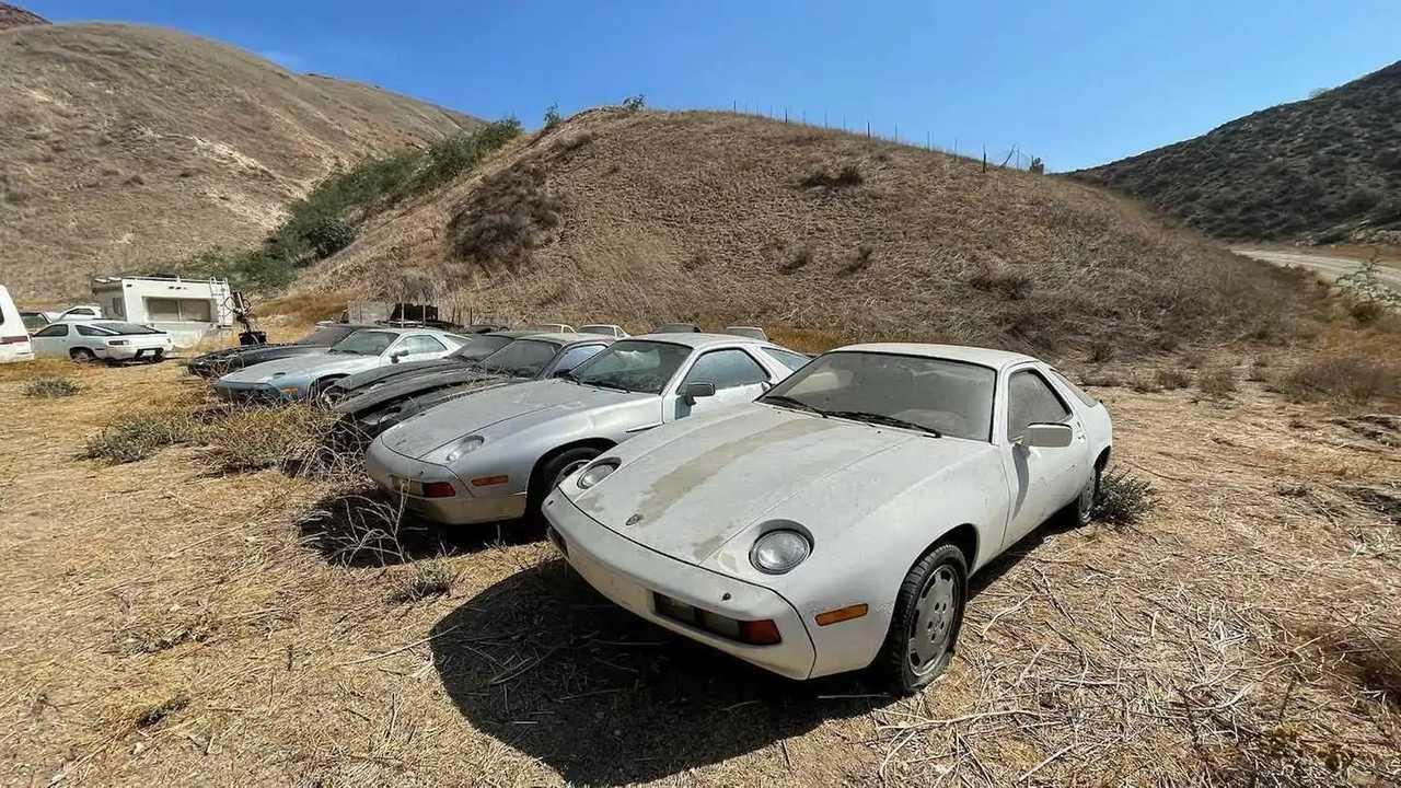 Verlassene Porsche 928 auf einem Feld