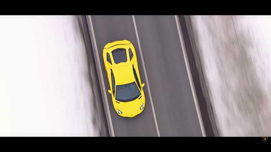VIDÉO - La Lamborghini Aventador danse avec un avion dans les Alpes