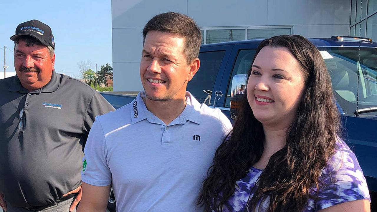 Chevrolet Dealers Columbus Ohio >> Mark Wahlberg Brings Good Vibrations To His New Chevy Dealership