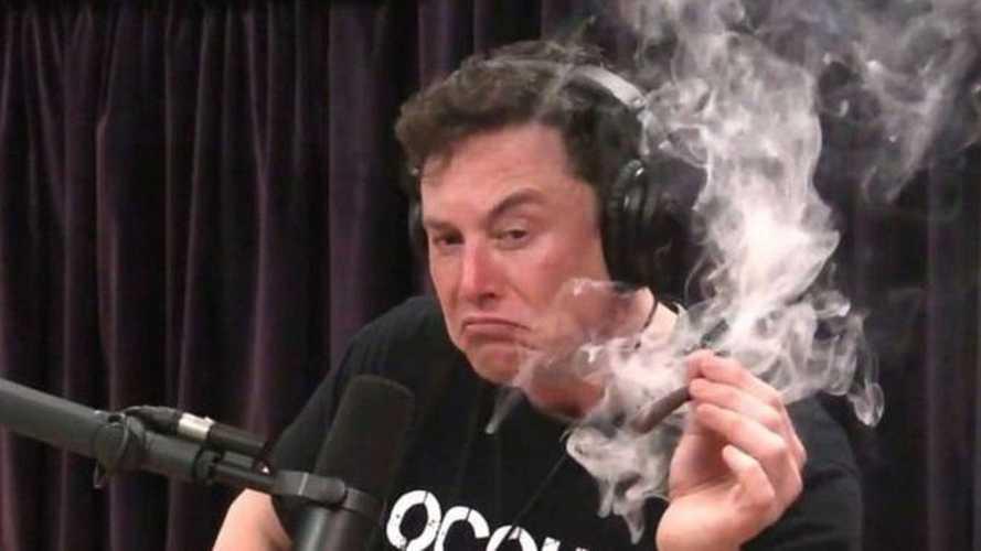 Elon Musk röportaj sırasında esrar içti