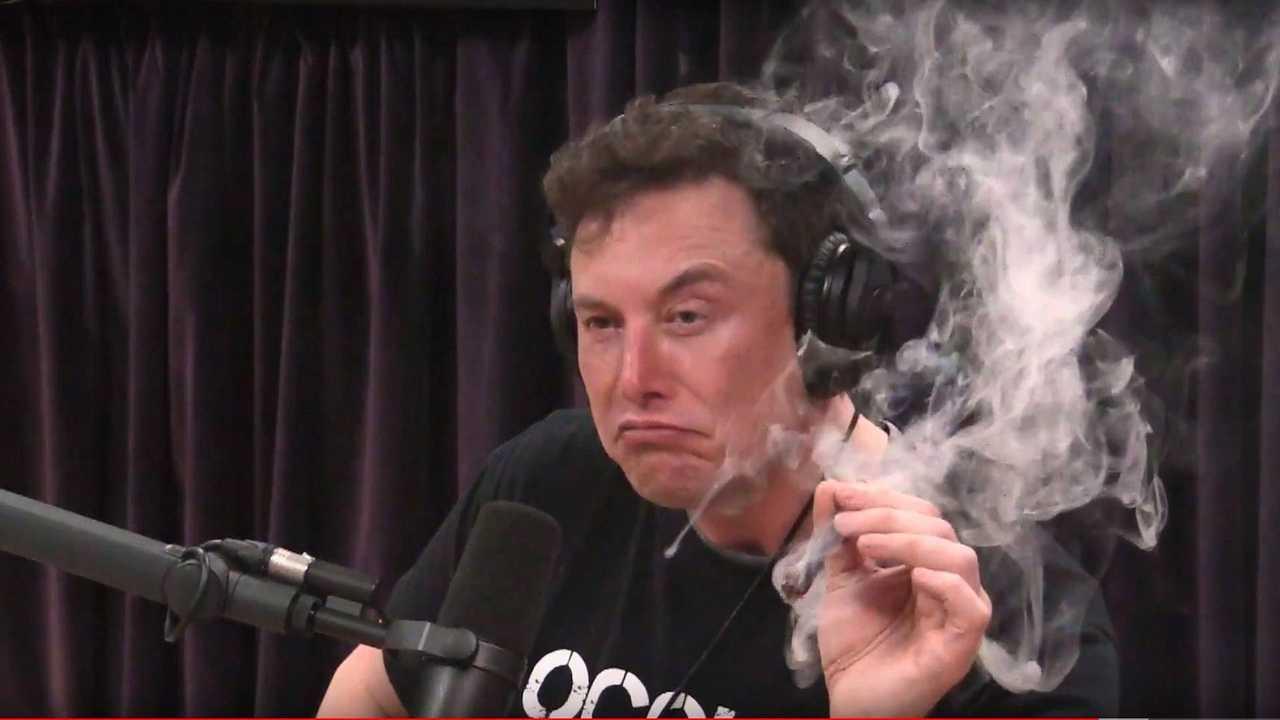 Elon Musk fume un joint