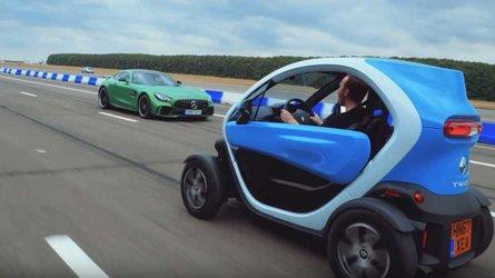 El Mercedes-AMG GT R se enfrenta al Renault Twizy... marcha atrás