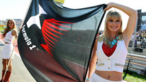 Gird girls with F1 flag