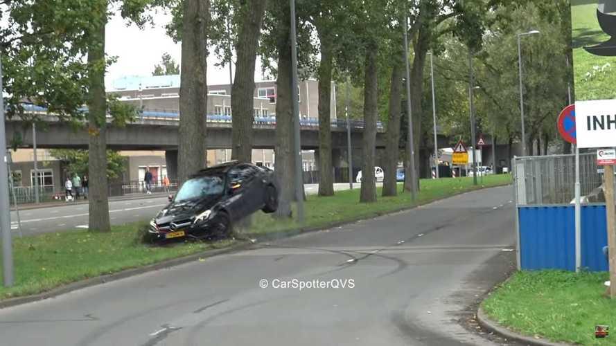 Videó: olyat driftelt a mercedeses, hogy a fa adta a másikat