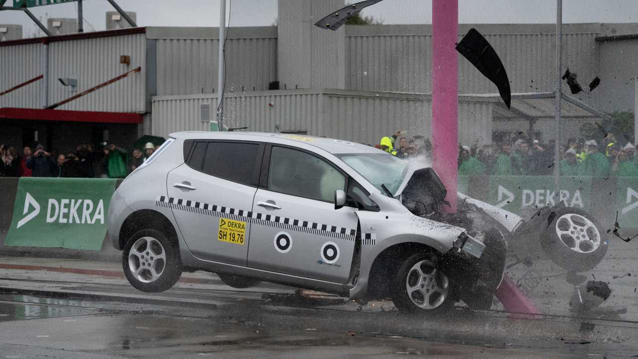 First-gen Nissan Leaf crash test by DEKRA
