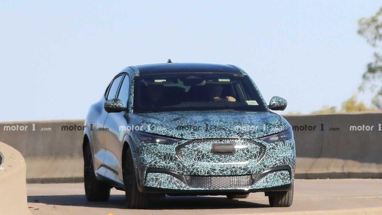 Ford, nuove foto spia del crossover elettrico