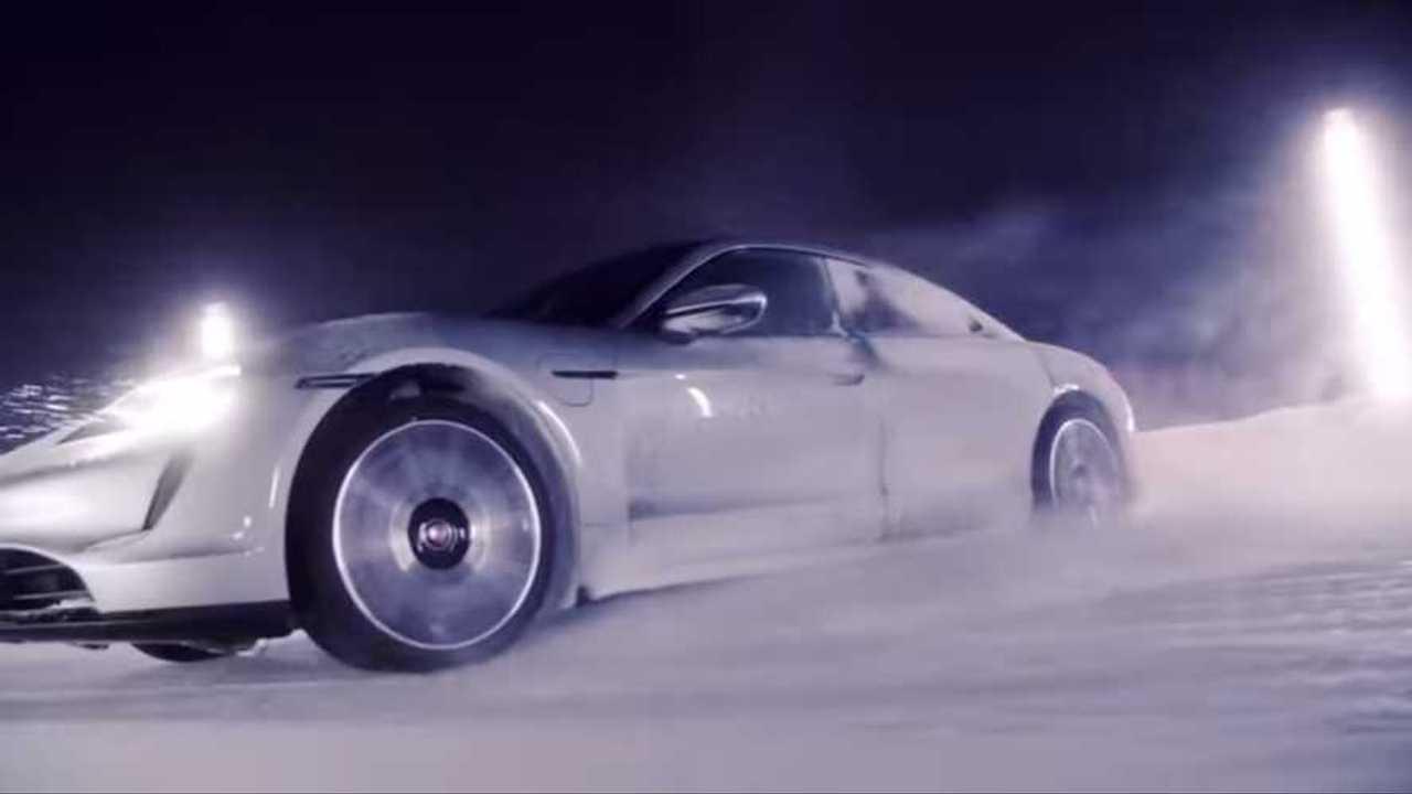 Porsche Taycan Powersliding a través de la nieve parece extrañamente relajante 16