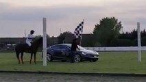 Tesla Model S gegen ein Pferd: Ungewöhnliches Drag Race im Video