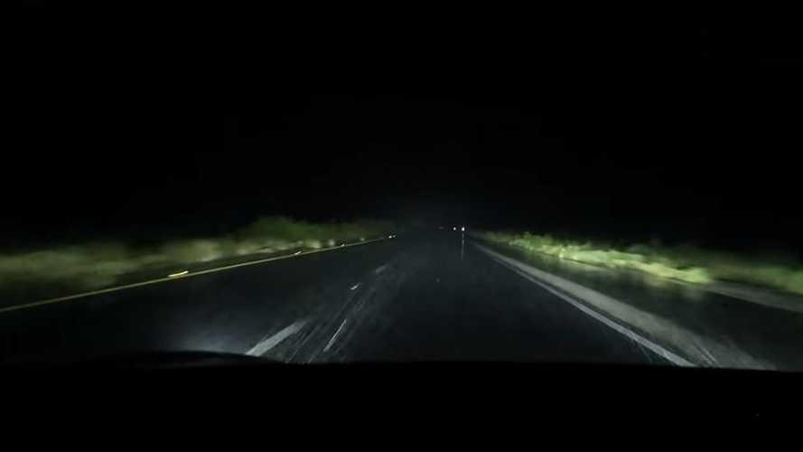Videó: A szakadó eső, a 120 km/h-s tempó, és a Tesla Model 3 robotpilótája nem túl jó kombináció