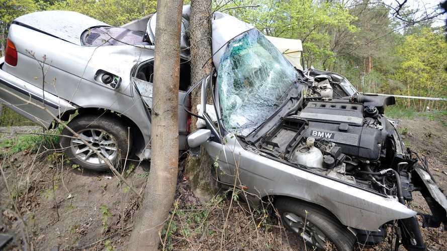 Fának ütközött  egy autó Váchartyánnál, életét vesztette a sofőr