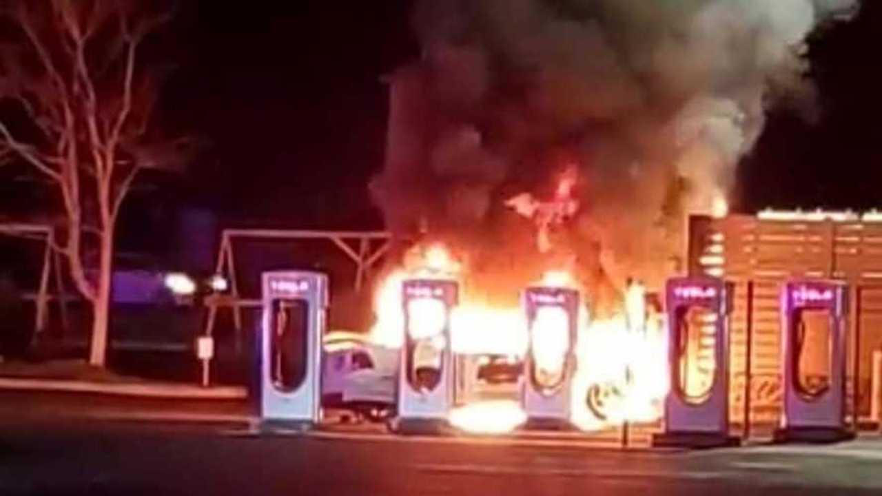 Stazione Tesla Supercharged distrutta da un'auto a benzina