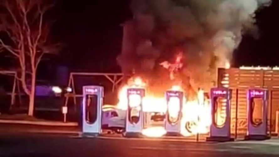 Tesla Supercharger in fiamme (per colpa di un'auto a benzina)