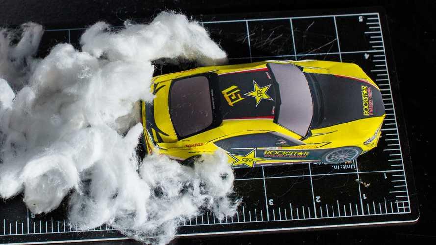 Взгляните на роскошный дрифт бумажной Toyota Supra среди запчастей