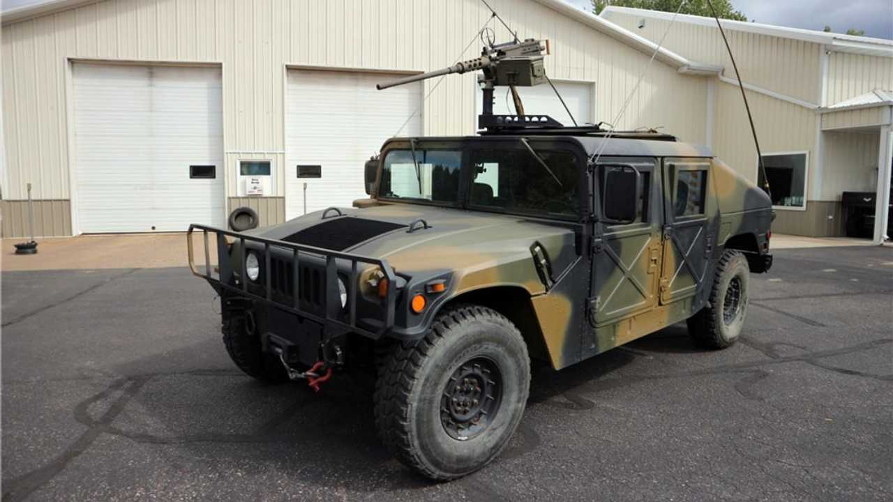 Shoot to thrill with this machine gun-equipped Humvee