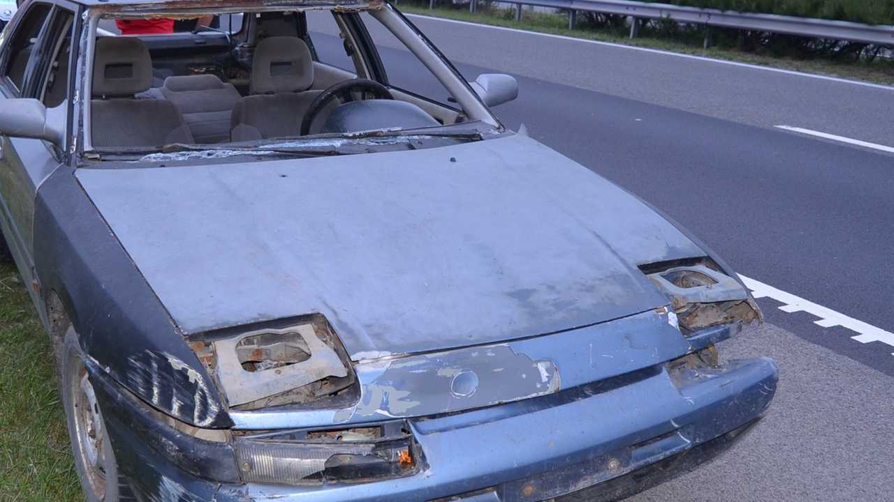 Mazda szélvédő nélkül