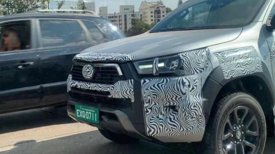 Toyota Hilux aparece em testes no Brasil com grade diferente