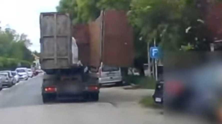 Videó: Fák és autók nyögték Maglódon egy teherautó rosszul zárt ajtaját