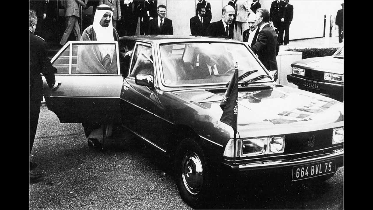 Giscard d`Estaing war von 1974 bis 1981 französischer Staatspräsident. Hier steht er 1977 (als Dritter von rechts) neben seinem verlängerten Peugeot 604.