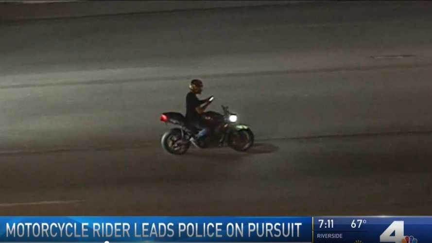 Reckless Rider Scrolls Through Phone With Cops On His Tail