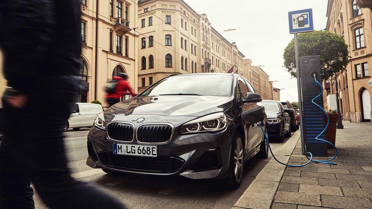 BMW 225xe Active Tourerakár 57 km elektromos