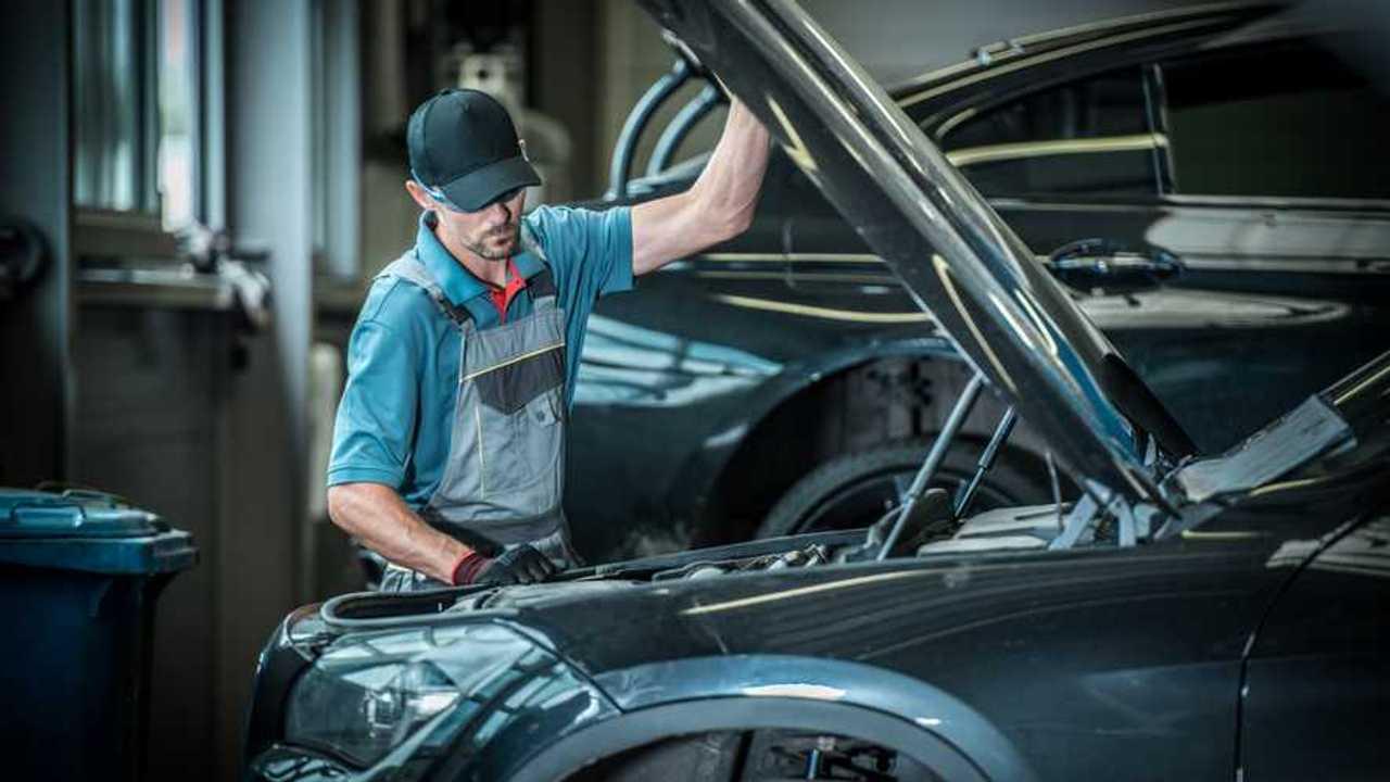 Car mechanic lifting the bonnet