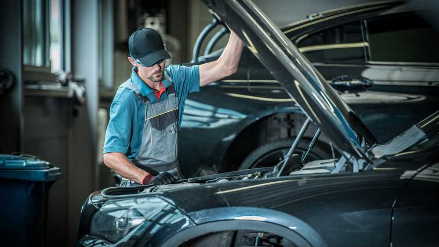 Car mechanic lifting the bonnet
