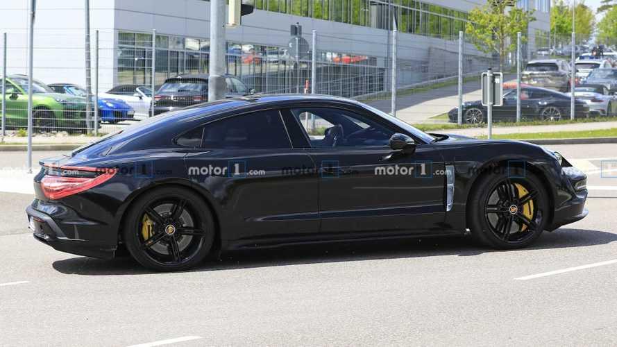 Egyre kevesebb álcával körözget az elektromos Porsche Taycan