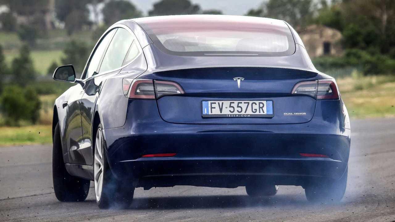 Tesla Model 3 VS Alfa Romeo Giulia Quadrifoglio, şimdi ve gelecek arasında meydan okuma