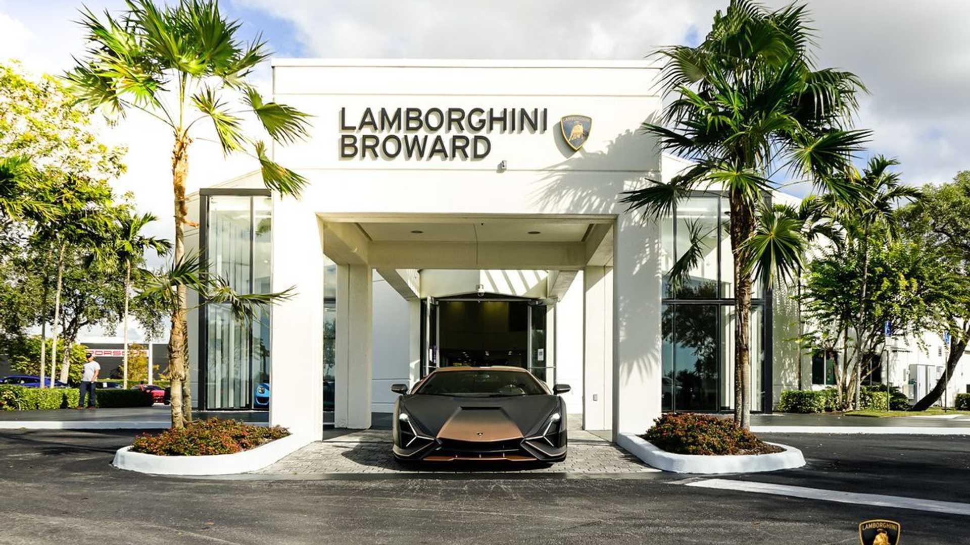 https://cdn.motor1.com/images/mgl/108op/s6/lamborghini-sian-fkp-37-brown-delivery-at-dealer.jpg