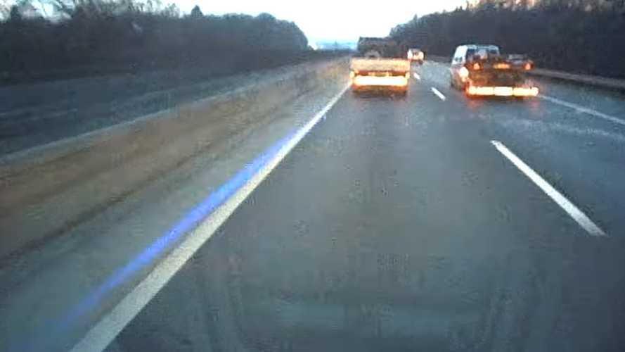 Videó: Lézerfénnyel zavarta a forgalmat egy autós az M3-ason