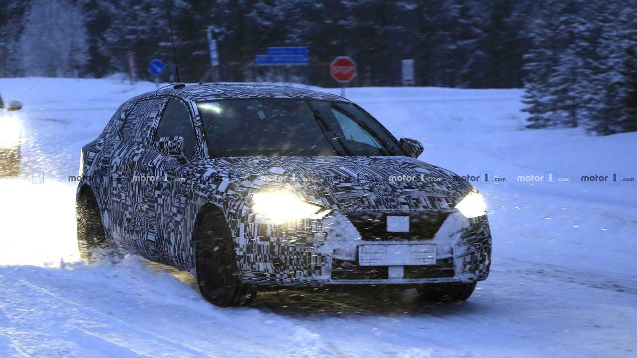 5285e07bde09 2019 SEAT Leon Spied Testing With Full Body Camouflage