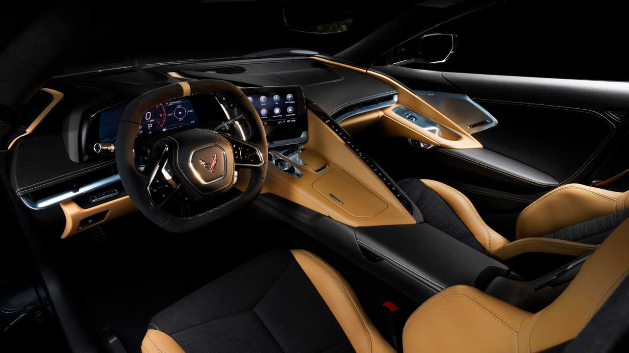 Interior Chevrolet Corvette 2020 berfokus pada pengemudi dan penuh tombol.
