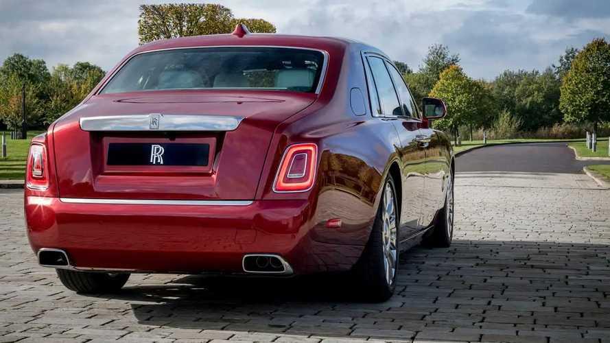 Красный Rolls-Royce Phantom