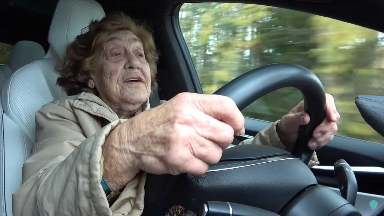 Avez-vous des informations sur cette dame de 92 ans qui a conduit une Tesla Model X?
