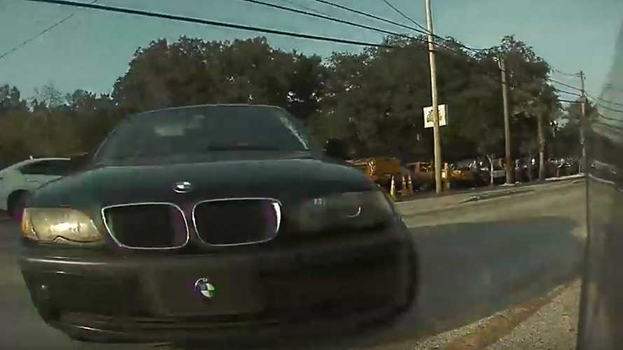 Videón, ahogy egy BMW csak a Tesla Model 3 mozgékonysága miatt nem okoz balesetet