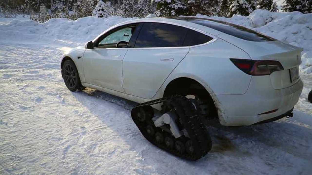 Tesla Model 3 con cingoli di neve