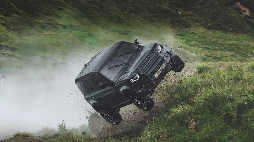 007 lässt den neuen Defender fliegen
