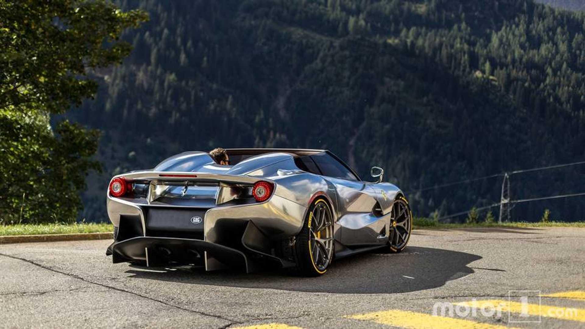 PHOTOS , Une Ferrari F12 TRS chromée prend le soleil