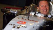 Zak Brown klasik McLaren F1 aracında