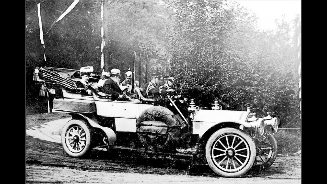 Der deutsche Kaiser Wilhelm II. mit seinem Onkel Edward VII. von England 1904 in einem Mercedes Simplex 17/22 PS mit verlängertem Radstand.