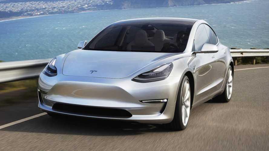 Tesla Model 3 sürücüsü, sele rağmen yol almaya devam ediyor