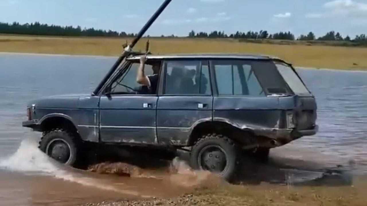 Range Rover едет под водой