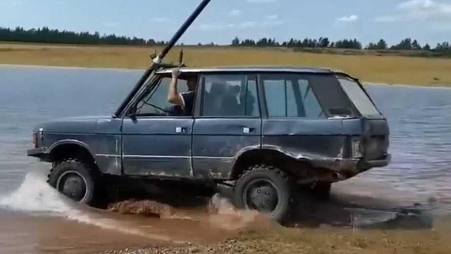 Что творит! Range Rover едет под водой как ни в чем не бывало