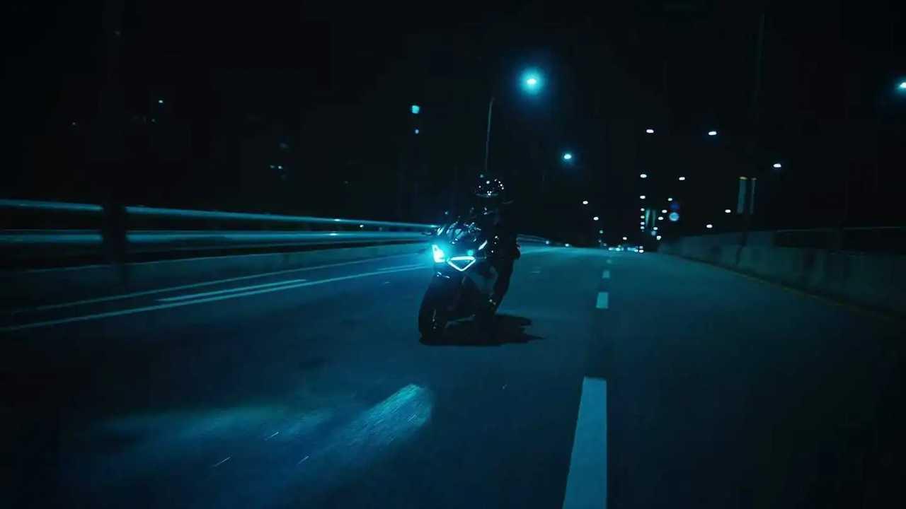 Lisa Blackpink mengendarai Ducati Panigale dalam video klip Lalisa.