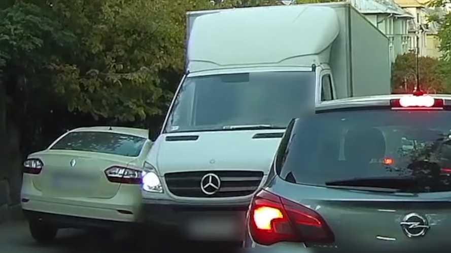 Egy teherautós összetört egy autót Budapesten, majd elhajtott - VIDEÓ