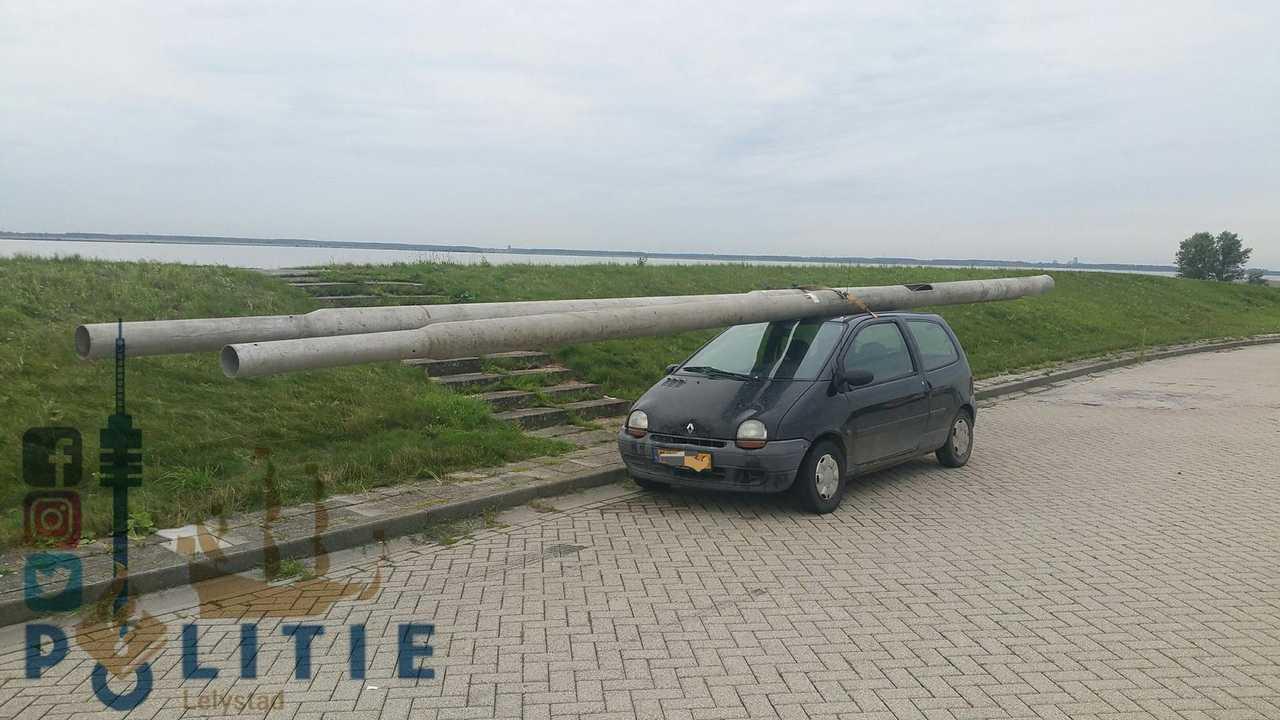 Renault Twingo transportando farolas
