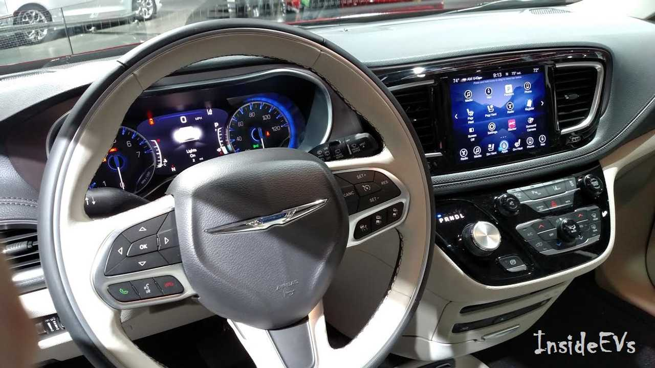 Chyslser Pacifica Interior(InsideEVs/Tom Mouloughney)